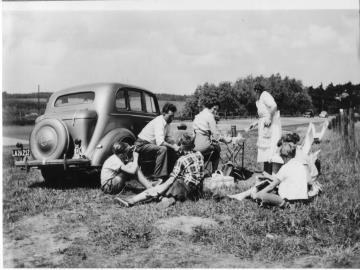 Billede af famileudflugt fra 1958, mange år før DN arrangerede ture i naturen, Foto: Niels Lollike