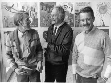 To af dommerne ved den store 75 års tegnekonkurrence, Claus Bering og Ib Spang Olsen, sammen med DN direktør David Rehling